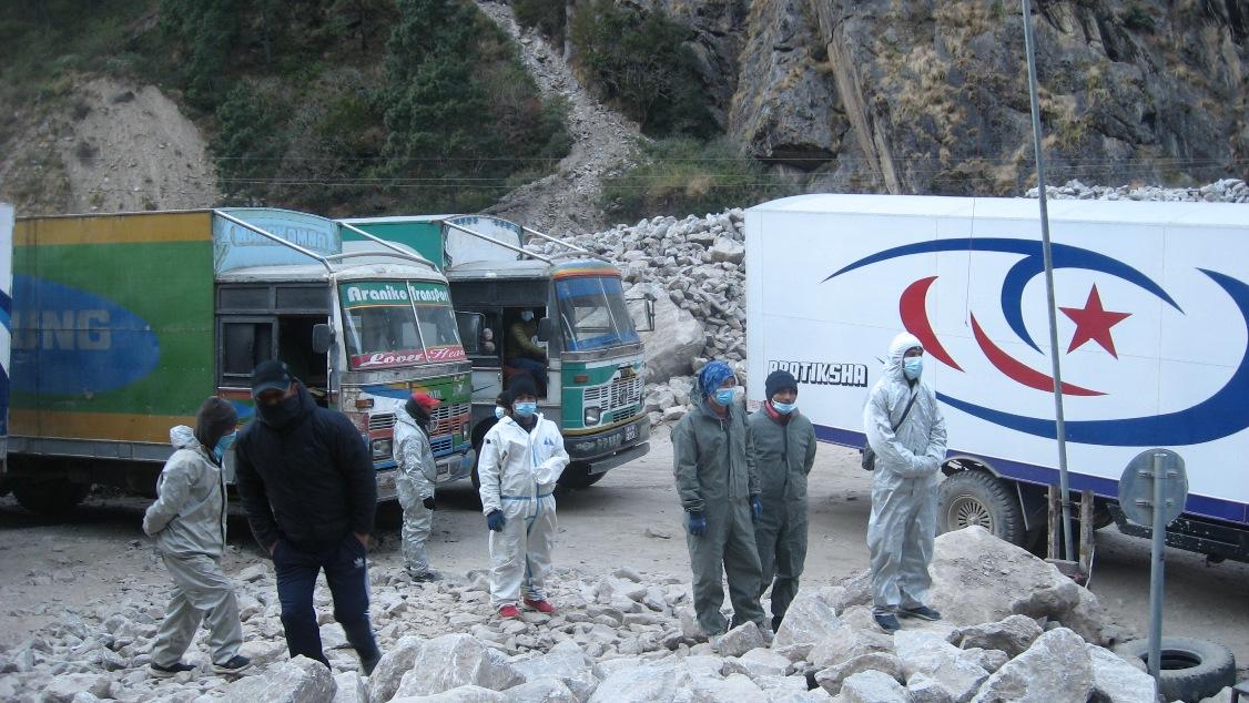 रसुवागढी नाकामा पुगेका नेपाली ट्रक चालक र कामदार।