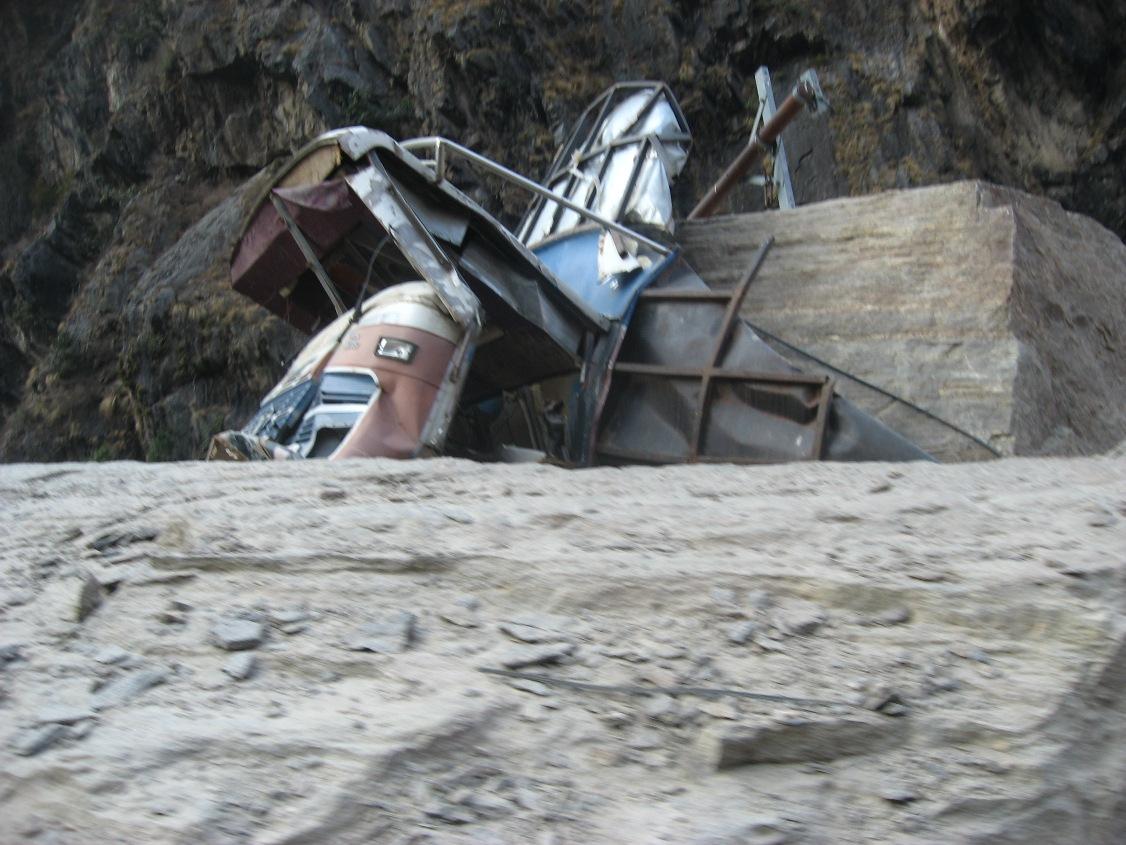 रसुवागढीनजिक सडकमा पहिरोसहितको ढुंगाबाट थिचिएको ट्रक।